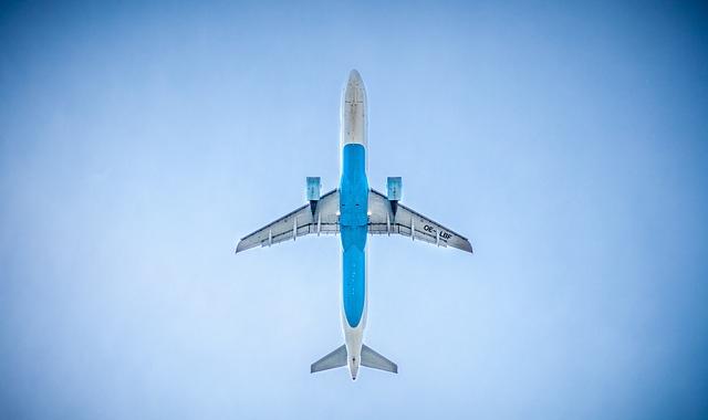 A légi forgalom szén-dioxid-kibocsátása duplája a személygépkocsikénak