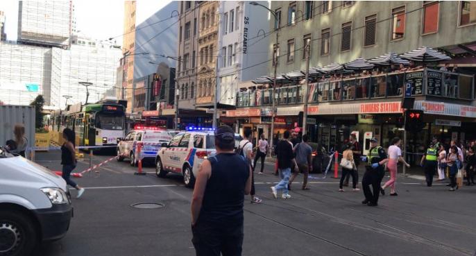 Gyalogosok közé hajtott egy gépkocsi Melbourne-ben, sokan megsérültek