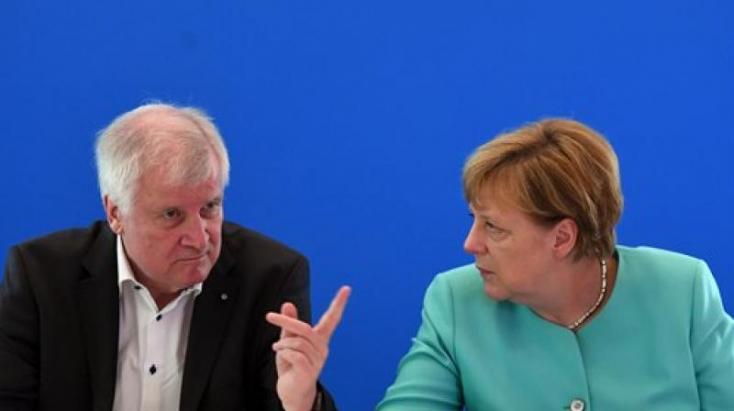 Elmérgesedett Angela Merkel és a belügyminisztere közti vita a menekültek miatt
