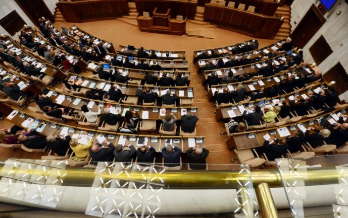 Kedden délután választják meg a parlamentben az alkotmánybíró-jelölteket