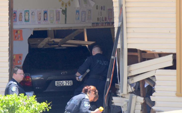 Gépkocsi hajtott bele egy ausztráliai iskolába, több gyerek meghalt és megsérült