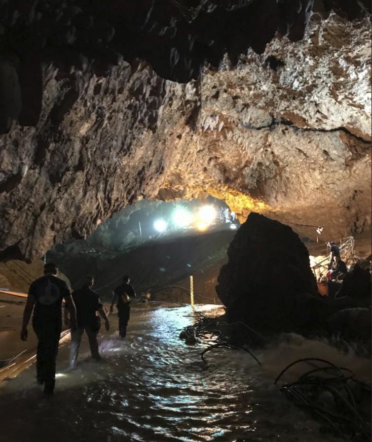 Folytatódik a mentőakció a thaiföldi barlangban