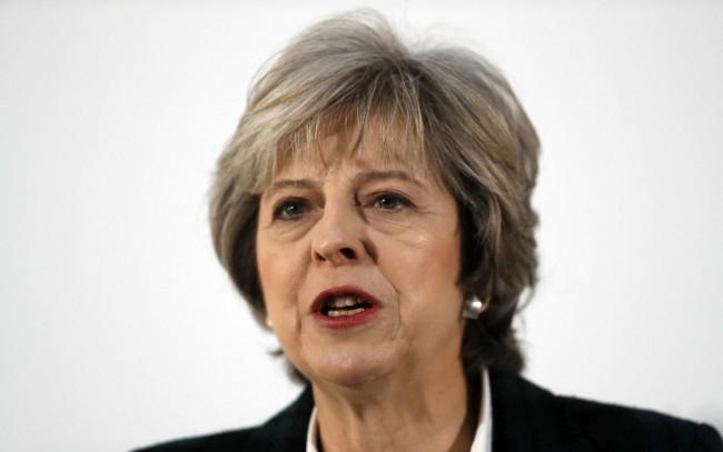 Elsírta magát a távozását bejelentő brit kormányfő (VIDEÓ)