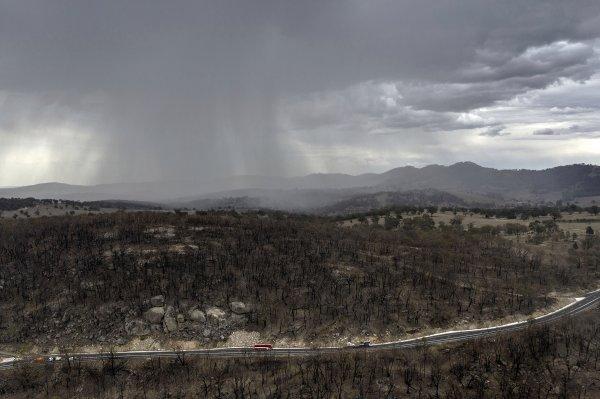 Heves viharok, jégeső volt sok helyen Ausztráliában, de még mindig kevés a tüzek számának csökkentéséhez