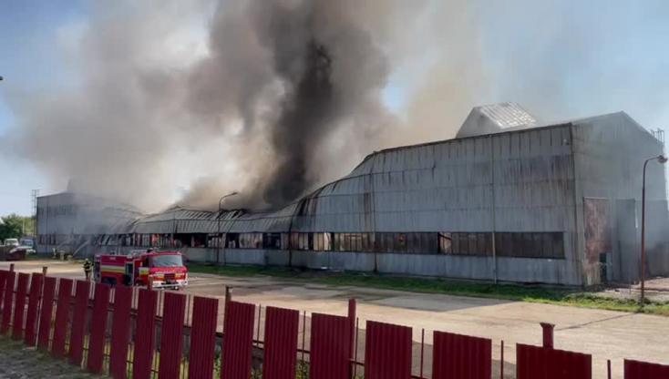 Hatalmas műanyagraktár lángol Tőketerebesen, beomlott az egyik fele