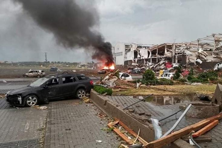 Emberéleteket követelt a Dél-Morvaországon végigsöprő vihar, Szlovákia 11 mentőcsapatot küldött a katasztrófa sújtotta településekre