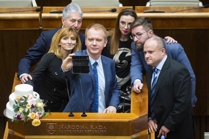 """Folytatódik a komédia: este pizsamával vonultak be a """"tortás ellenzékiek"""" a parlamenti éjszakázásukhoz"""