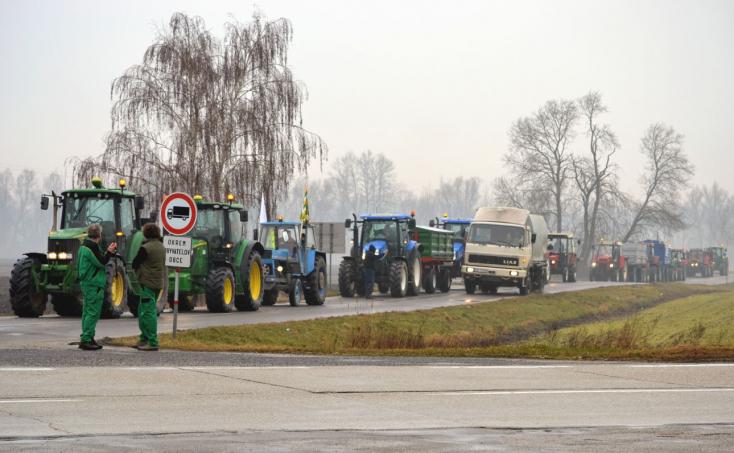 Traktorosok tüntetnek a 63-ason a pótföldek rendezéséért (Videó, Fotók)