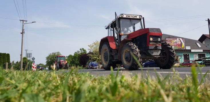 Munkájukért és a földrendezésért vonulnak ismét a traktorosok a 63-ason (VIDEÓ)