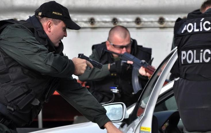 Négy fiatal lányt üldöztek a rendőrök, 32 lövést adtak le a kocsijukra