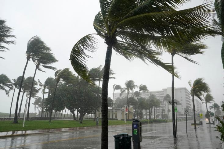 Az Eta nevű trópusi vihar Florida partjaihoz közelít