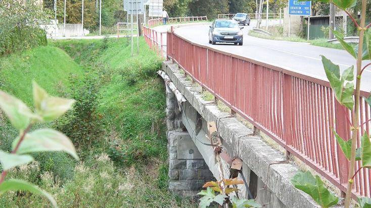 Csak pár hónapja zárták le a trstenái közúti hidat, ami most bedőlt a folyóba!