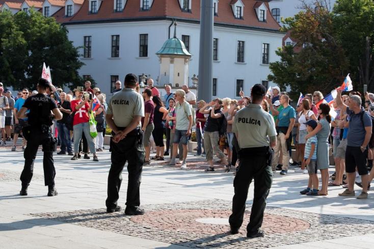 A parlament még nem döntött a Covid-igazolványt érintő intézkedésről, a tiltakozóknem tágítanak a helyszínről