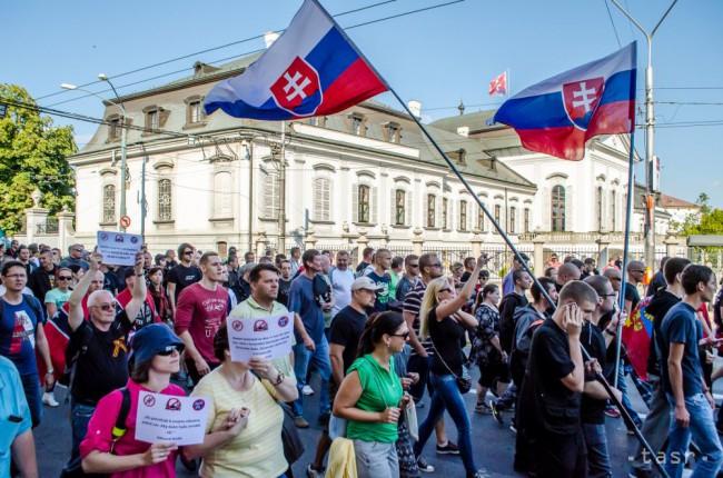 Hegernek nem tetszik a pozsonyi tüntetés, a tömegben ismét megtámadtak egy újságírót