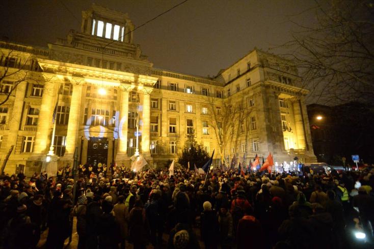 A Legfőbb Ügyészség ellen tüntettek Budapesten, elfoglalták a Nyugati téri felüljárót is
