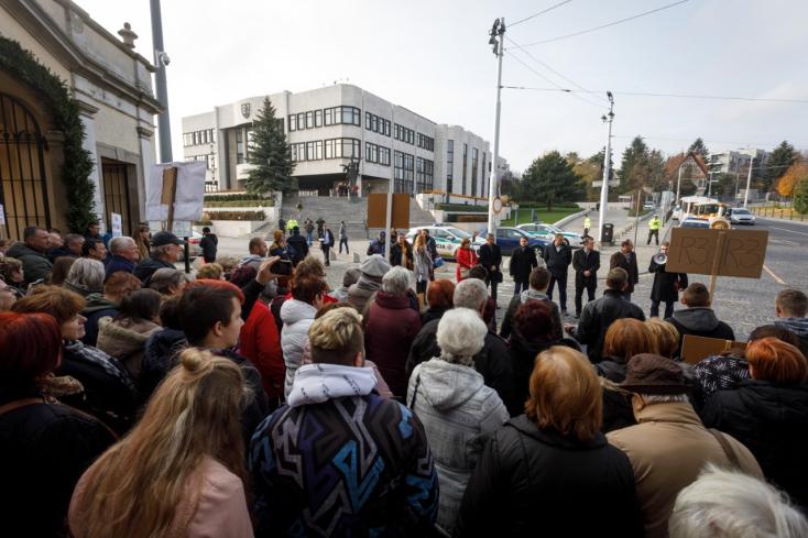 """""""Ahol akarat van, ott út is van"""" - Ipolyságiak is tüntettek az R3-asért a parlament előtt (FOTÓK)"""