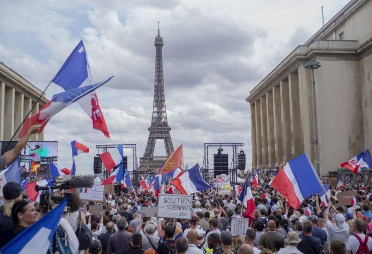 Könnygázt vetettek be a Párizsban az új korlátozások miatt demonstrálók ellen
