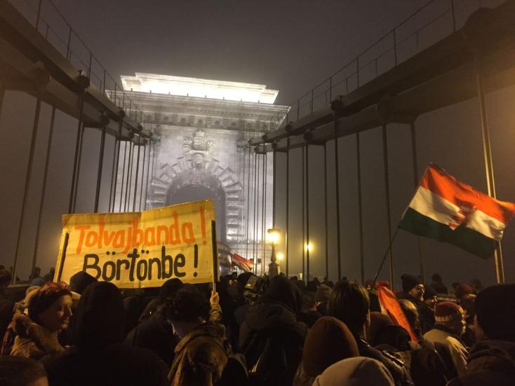 Ismét tüntetnek Budapesten - Füstbomba repült a rendőrsorfalba, könnygázzal válaszoltak!