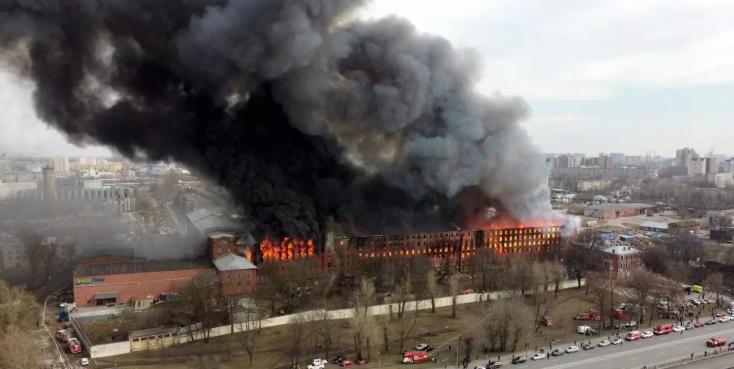 Hatalmas tűz ütött ki egy szentpétervári gyárépületben, egy tűzoltó életét vesztette
