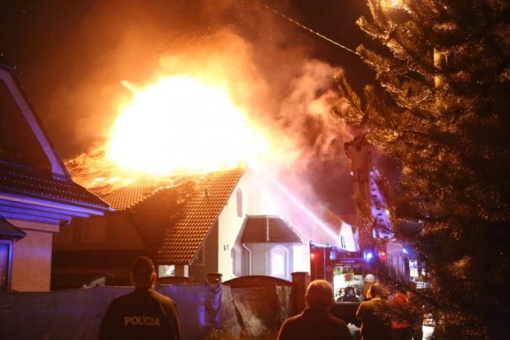 Lángba borult családi házhoz riasztották somorjai tűzoltókat