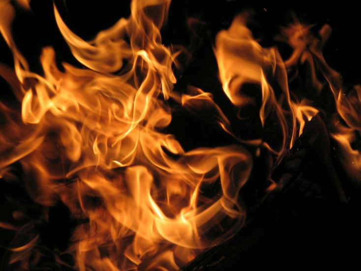 Tűz ütött ki egy üzemben, megsérült egy tűzoltó!