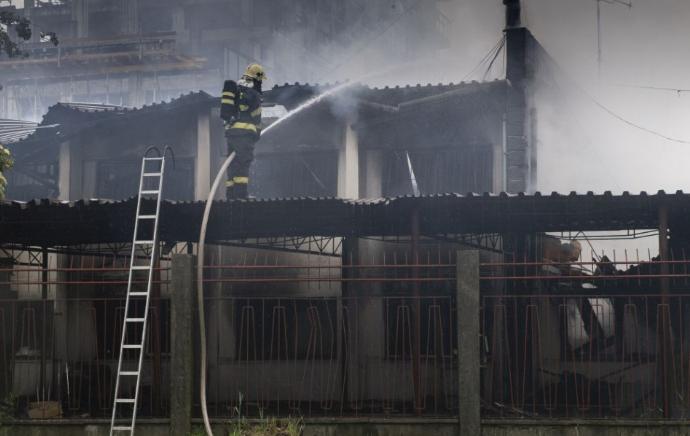 Lángolt a fűrésztelepen lévő épület - 23 tűzoltó oltotta a tüzet
