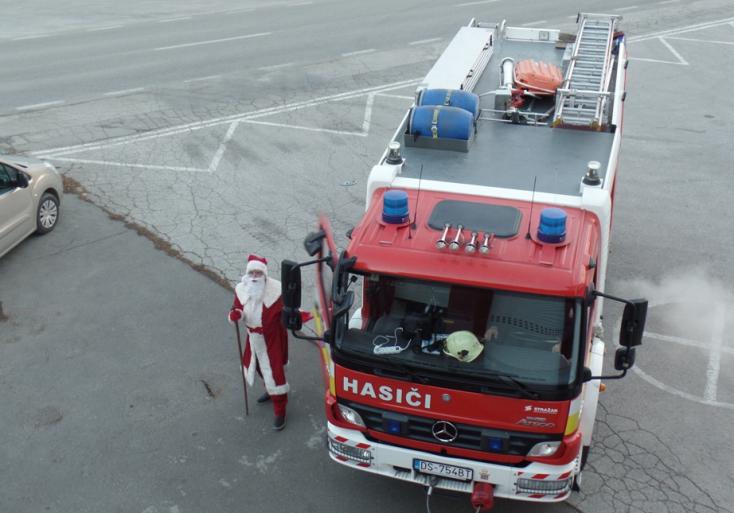 Tűzoltóautóra cserélte szánját a Télapó Dunaszerdahelyen