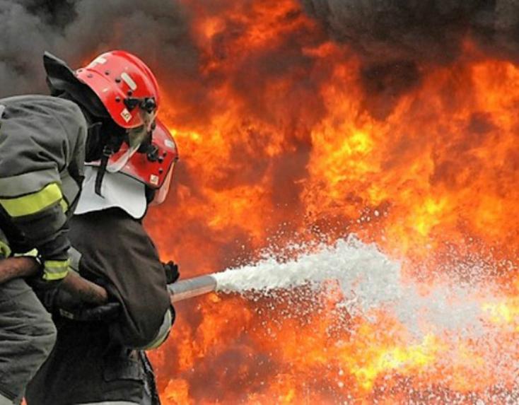 Tűzoltók százai küzdenek az Olaszország déli részén tomboló erdőtüzekkel