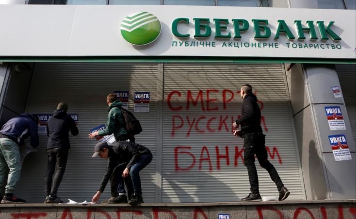 Orosz bankot falaznak be az ukránok