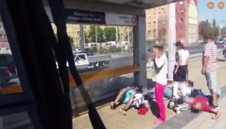 VIDEÓ: Földön rángatozó fiatalokat rögzítettek egy budapesti villamosból