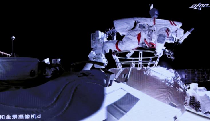 Megtették első űrsétájukat a kínai űrállomáson tartózkodó kínai űrhajósok