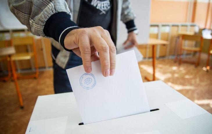 Több magyarlakta járás településein választanak polgármestert vagy képviselőt, de a karanténban lévők mozgó urnával se vehetnek rész