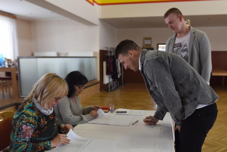 Alacsony volt a választókedv a Komáromi járásban, így szavaztak a városokban és községekben