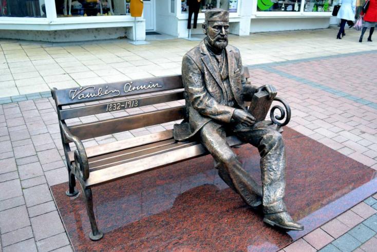 Vámbéry Ármin immár ott ül és vár egy dunaszerdahelyi padon
