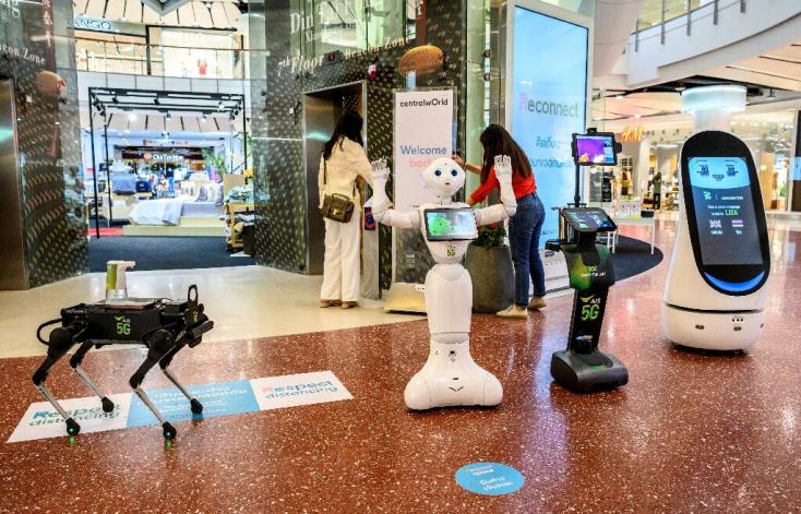 Robotkutya biztatja kézfertőtlenítésre egy bangkoki bevásárlóközpont látogatóit – VIDEÓ