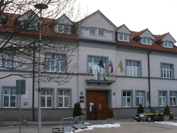 Kényszerszünet a szenci és a dunaszerdahelyi városházán, korlátozás a járási munkaügyön