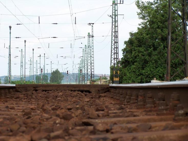 Vonat gázolt halálra egy embert Szenc és Diószeg között
