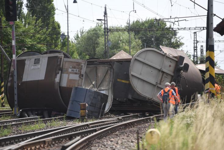 A kisiklott tehervonat miatt egy ideig még problémás lesz a vasúti közlekedés Vágsellyénél