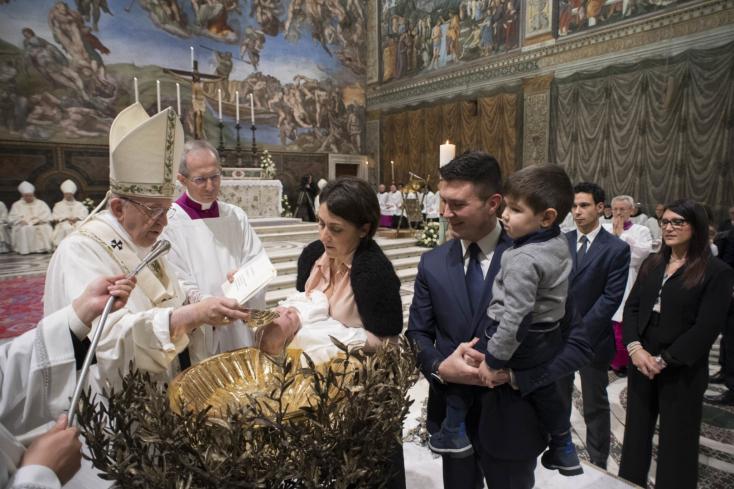 Egyszerre még soha nem keresztelt meg ennyi gyereket Ferenc pápa – FOTÓK