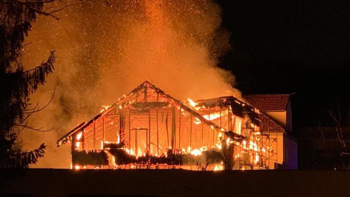 TŰZESET: Porig égett egy kétemeletes családi ház az éjszaka