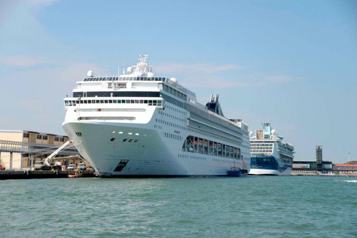 A tengerjáró hajók behajtása ellen tüntettek Velencében