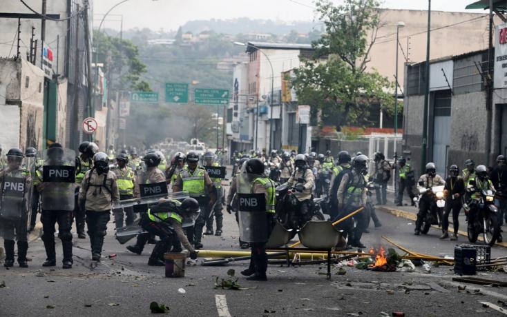 Megint tüntetők közé lőttek Venezuelában!