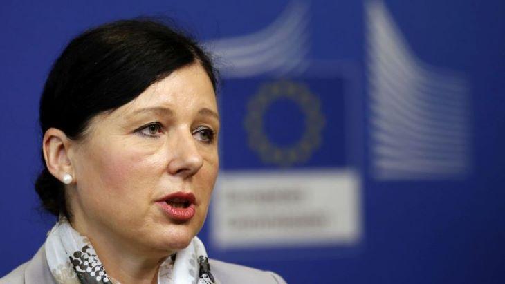 """Az Európai Bizottság elnökének """"teljes a bizalma"""" Věra Jourovában"""