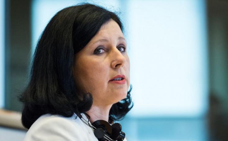 VěraJourováEU-alelnök szerint a magyar kormány konzultációs kérdése fake news, nem igaz!