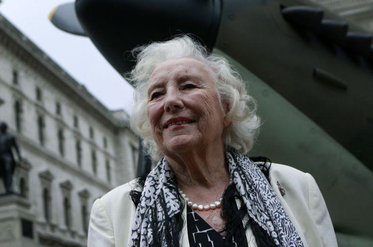 Elhunyt Vera Lynn, a britek háborús hős énekesnője
