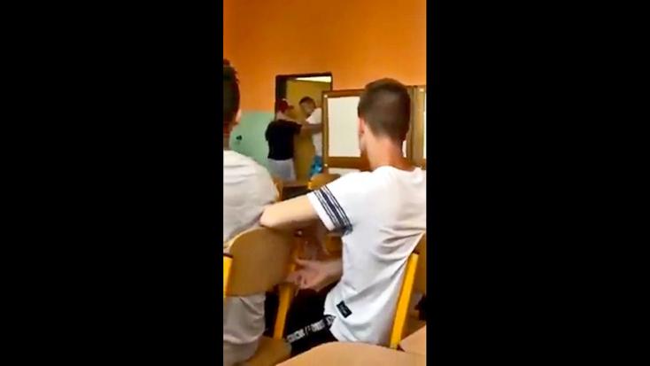 MEGDÖBBENTŐ VIDEÓ:Kirángatta a diákot a padból a hitoktató és kidobta az óráról