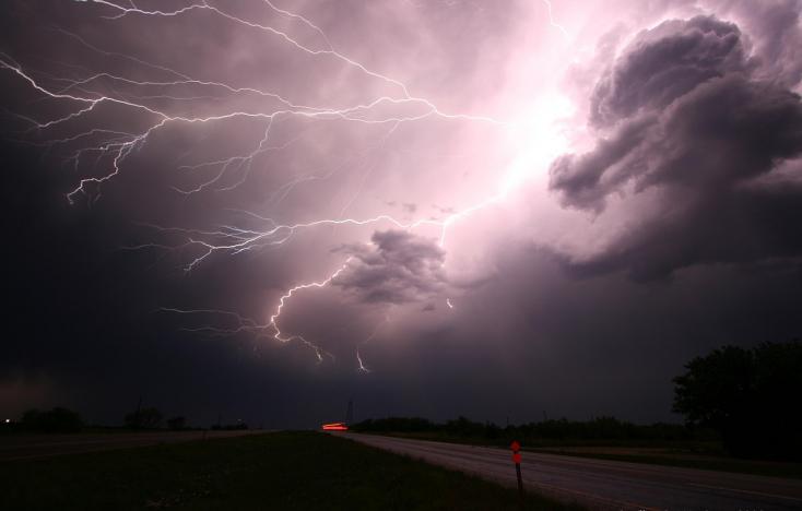 A Csallóköz egy részén már csapkodnak a villámok – elsőfokú viharriasztás
