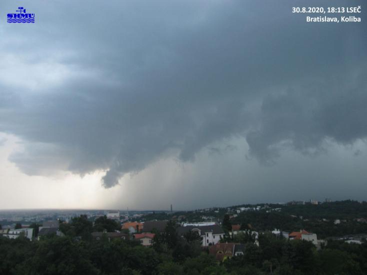 Félelmetes videón látszik, ahogy a vihar megérkezik és áthalad Pozsonyon!