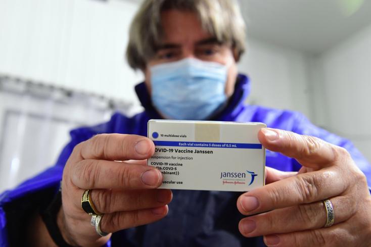 AzEMA szerintnincs bizonyíték az összefüggésre a Johnson & Johnson vakcinája és a vérrögképződéses esetek között
