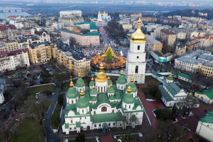Ukrajnában is tisztulni látszik a közélet, félreállították az alkotmánybíróság elnökét